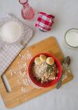 Śniadaniowa oatmeal owsianka z bananami, ziarnami, dokrętkami i mlekiem, Obrazy Royalty Free