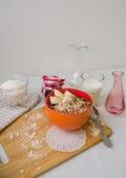 Śniadaniowa oatmeal owsianka z bananami, ziarnami i dokrętkami, Fotografia Royalty Free