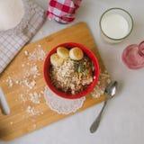Śniadaniowa oatmeal owsianka z bananami, ziarnami i dokrętkami, Obrazy Royalty Free