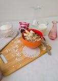 Śniadaniowa oatmeal owsianka z bananami, ziarnami i dokrętkami, Zdjęcia Royalty Free