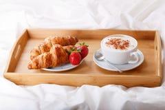 Śniadaniowa taca w łóżku zdjęcia royalty free