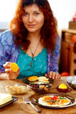 Śniadaniowego stołu położenie z rozdrapanymi oczami i dziewczyną na tle Kontakt wzrokowy zdjęcia royalty free