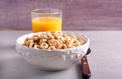 Śniadaniowego zboża obręcze w pucharze Fotografia Stock