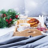 Śniadaniowej Łóżkowej tacy Kawowej babeczki Popielaty wczesny poranek Fotografia Royalty Free