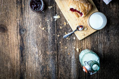 śniadaniowi ciasta z dżemem i mlekiem zdjęcia stock
