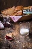 śniadaniowi ciasta z dżemem i mlekiem obraz stock