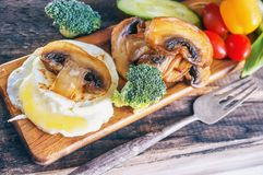 Śniadaniowi jajka Benedykt kłusowali jajko z smażącymi warzywami i pieczarkami z bliska Selekcyjna ostrość obraz stock