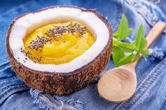 Śniadaniowi mangowi i jagodowi smoothies garnirujący z Obrazy Royalty Free