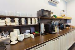 Śniadaniowy bufet w nowożytnym hotelowym motelu lub schronisko podczas jaźni usługa zdjęcie stock