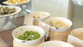 Śniadaniowy bufeta stół w luksusowej hotel w kurorcie restauracji z asortowanym jedzeniem Jedzenie dla tradycyjnego ranku śniadan zbiory