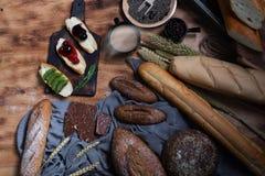 Śniadaniowy i piec chlebowy pojęcie Świeży fragrant chleb i jajko na drewnianym stole Świeży chleb, kawa i banatka na drewnianym  zdjęcie royalty free