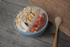 Śniadaniowy jagodowy smoothie puchar nakrywający z malinkami, Chia, lnów ziarna, koks Obrazy Stock
