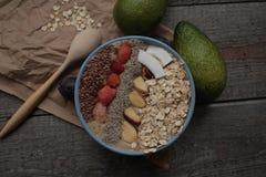 Śniadaniowy jagodowy smoothie puchar nakrywający z malinkami, Chia, lnów ziarna, koks, Brazylia dokrętka Fotografia Stock