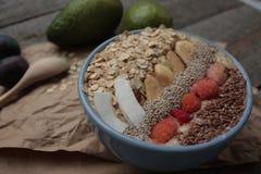 Śniadaniowy jagodowy smoothie puchar nakrywający z malinkami, Chia, lnów ziarna, koks, dokrętka Zdjęcia Stock