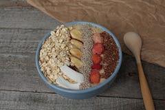 Śniadaniowy jagodowy smoothie puchar nakrywający z malinkami, Chia, lnów ziarna, koks, dokrętka Fotografia Royalty Free