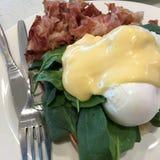 Śniadaniowy jajeczny Benedykt posiłek na grzance Zdjęcie Royalty Free