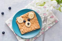 Śniadaniowy jedzenie dla dzieciaków: masło orzechowe kanapka z zwierzęcą twarzą Obrazy Stock