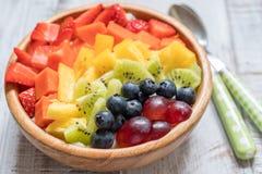Śniadaniowy oatmeal dla dzieciaków nakrywających z tęcz owoc Zdjęcie Stock
