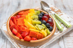 Śniadaniowy oatmeal dla dzieciaków nakrywających z tęcz owoc Obrazy Royalty Free