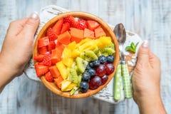 Śniadaniowy oatmeal dla dzieciaków nakrywających z tęcz owoc Obraz Stock