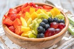 Śniadaniowy oatmeal dla dzieciaków nakrywających z tęcz owoc Zdjęcie Royalty Free