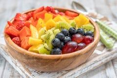 Śniadaniowy oatmeal dla dzieciaków nakrywających z tęcz owoc Fotografia Royalty Free