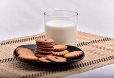 śniadaniowy składać się z mleko i ciastka przynosił t fotografia royalty free