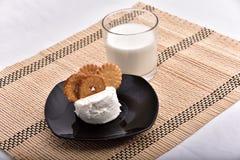 śniadaniowy składać się z mleko i ciastka przynosił t zdjęcie royalty free