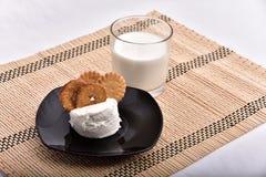 śniadaniowy składać się z mleko i ciastka przynosił t zdjęcie stock