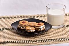 śniadaniowy składać się z mleko i ciastka przynosił t zdjęcia stock