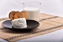 śniadaniowy składać się z mleko i ciastka przynosił t fotografia stock
