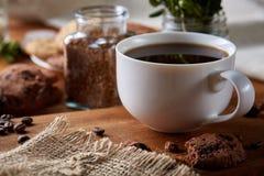 Śniadaniowy tło z kubkiem świeża kawa, domowej roboty oatmeal ciastka, zgrzytnięcie kawa zdjęcie royalty free