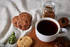 Śniadaniowy tło z kubkiem świeża kawa, domowej roboty oatmeal ciastka, zgrzytnięcie kawa fotografia royalty free