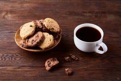 Śniadaniowy tło z kubkiem świeża kawa, domowej roboty oatmeal ciastka, zgrzytnięcie kawa zdjęcie stock
