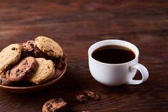 Śniadaniowy tło z kubkiem świeża kawa, domowej roboty oatmeal ciastka, zgrzytnięcie kawa zdjęcia stock