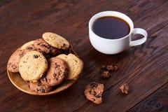 Śniadaniowy tło z kubkiem świeża kawa, domowej roboty oatmeal ciastka, zgrzytnięcie kawa obrazy royalty free