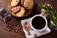 Śniadaniowy tło z kubkiem świeża kawa, domowej roboty oatmeal ciastka, zgrzytnięcie kawa obrazy stock
