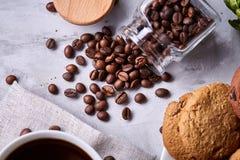 Śniadaniowy tło z kubkiem świeża kawa, domowej roboty oatmeal ciastka, zgrzytnięcie kawa obraz stock