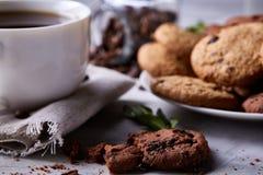 Śniadaniowy tło z kubkiem świeża kawa, domowej roboty oatmeal ciastka, zgrzytnięcie kawa zdjęcia royalty free