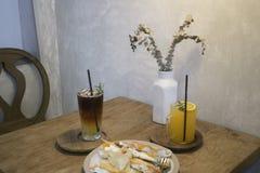 Śniadaniowy ustawiający z napojem i deserem Fotografia Royalty Free