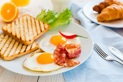 Śniadaniowy withn smażący jajka Fotografia Stock