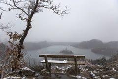 Śnieżna ławka z widokiem na wyspie po środku jeziora Krwawiącego Obrazy Stock