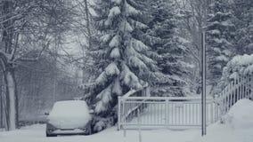 Śnieżna ścieżka z samochodem Zima krajobraz, spada śnieg, zakrywający z świeżym proszkiem zdjęcie wideo