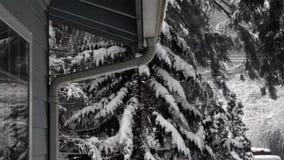 Śnieżna burza wzdłuż strony budynek i rynny zbiory