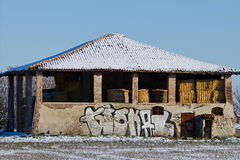 Śnieżna chałupa w wsi na zewnątrz Bologna Zdjęcia Stock