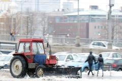 Śnieżna dmuchawa czyści ulicę od śniegu Zdjęcia Stock