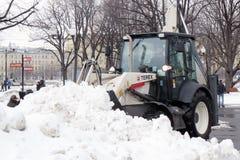 Śnieżna dmuchawa czyści ulicę od śniegu Obraz Royalty Free