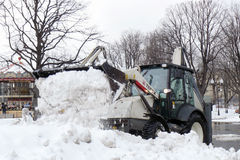 Śnieżna dmuchawa czyści ulicę od śniegu Zdjęcia Royalty Free
