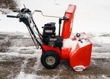 Śnieżna dmuchawa na prowadnikowym sposobie z świeżo spadać śniegiem Fotografia Stock