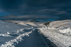 Śnieżna droga i góry w zimie Fotografia Royalty Free